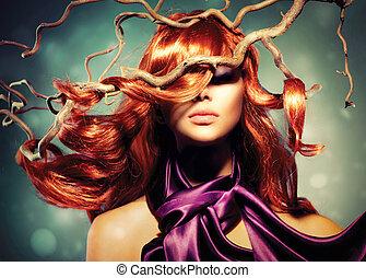 Modemodell-Frau Portrait mit langen, rothaarigen Haaren.