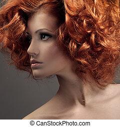 Modeporträt. Wunderschöne Frau. Locke Haare.