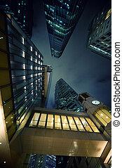 Moderne Wolkenkratzer zur Nachtzeit.