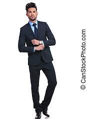 Modestellung eines jungen Geschäftsmannes