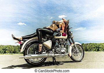 Motorradmädchen auf einem Motorrad.