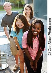 Multiethnische Gruppe Teenager