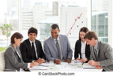 Multiethnisches Geschäftsteam sitzt an einem Konferenztisch