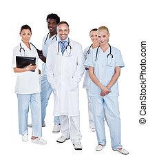 Multiethnisches medizinisches Team steht über weißem Hintergrund.