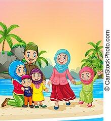 Muslimische Familie am Strand.
