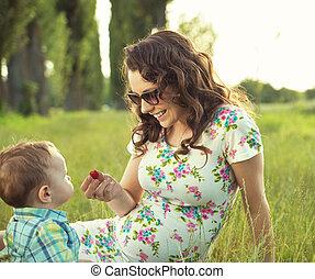 Mutter mit ihrem Kind im Park.
