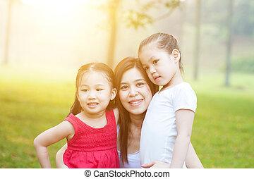 Mutter und Töchter in der Natur.