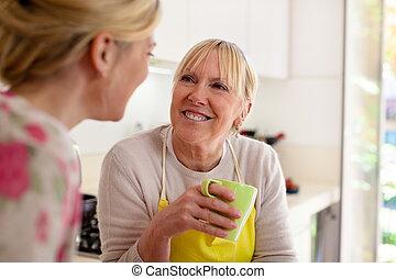 Mutter und Tochter reden, Kaffee trinken in der Küche