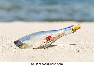 Nachricht in einer Flasche am Strand