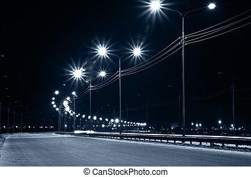 Nachtstadtstraße mit Laternenlichtern