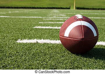 Nahaufnahme von American Football auf dem Feld
