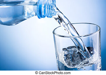Nahaufnahme, Wasser aus der Flasche.