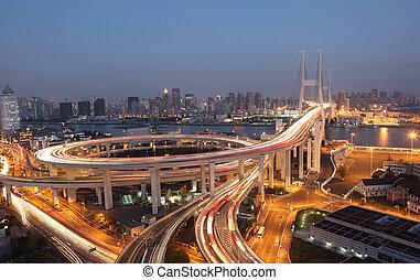 Nanpu Bridge in der Nacht. Shanghai, Porzellan