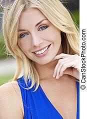 Natürlich schöne blonde Frau mit blauen Augen