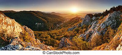 Natürlicher Sonnenuntergang in den Bergen - panoramisch