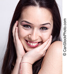 Natürliches Lächeln süßer, hübscher Frau