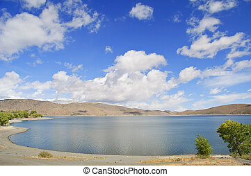 Naturlandschaft mit blauem Himmel und Wolken.
