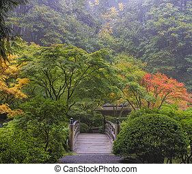 Nebel Morgen im japanischen Garten