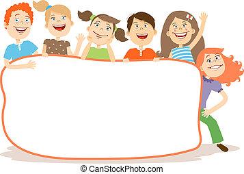 Nette lachende Kinder um eine Plakette mit Kopierraum.