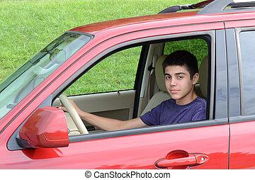 Neuer Teenager sitzt in seinem neuen Auto