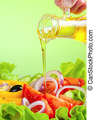Olivenöl und gesunder Gemüsesalat