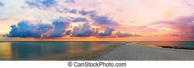 Ozean, Strand und Sonnenuntergang
