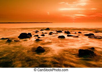 Ozean und Sonnenuntergang.