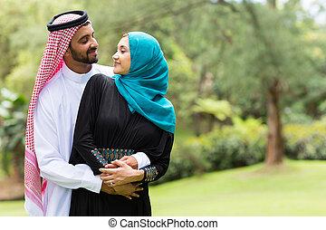 paar, arabisch, umarmen