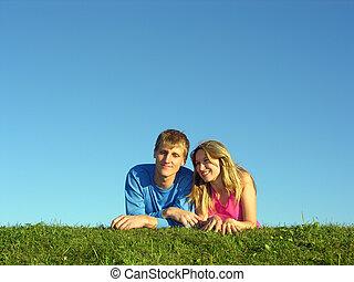 Paare liegen auf Gras