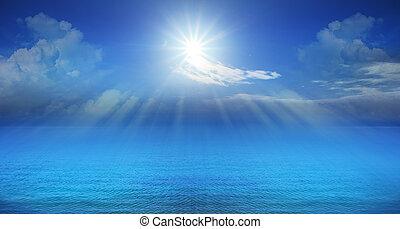 Panorama des blauen Himmels und der Sonne scheint