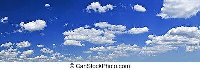 Panoramischer blauer Himmel mit weißen Wolken