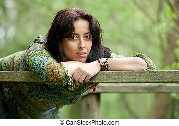 Pensive Frau in der Natur