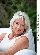 Porträt einer entspannten alten Dame