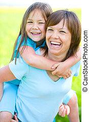 Porträt einer glücklichen Mutter mit ihrer Tochter