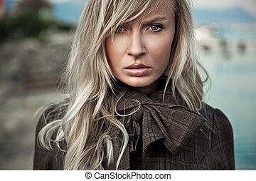 Porträt einer jungen blonden Dame