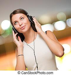 Porträt einer jungen Frau mit Kopfhörern