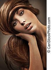 Porträt einer jungen Frau mit langen Haaren