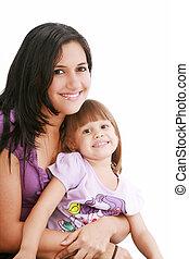 Porträt einer lächelnden Mutter und ihrer Tochter