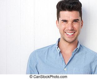 Porträt eines glücklichen jungen Mannes, der lächelt