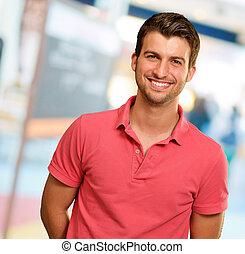 Porträt eines jungen Mannes, der lächelt