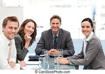 Porträt eines positiven Teams
