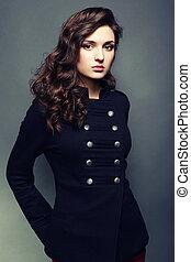 Porträt junge schöne Frau mit lockigen Haaren