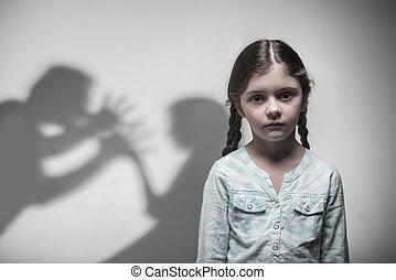 Porträt von jungen Mädchen, die Verzweiflung ausdrücken