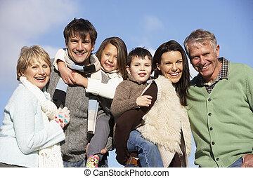 Portrait der Familie im Park
