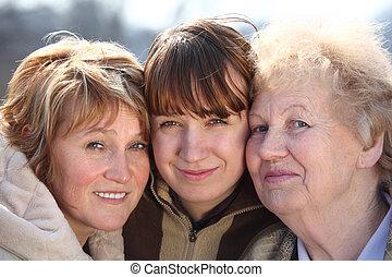 Portrait der Frauen von drei Generationen einer Familie.