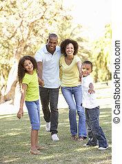Portrait der glücklichen Familie im Park