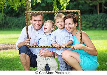 Portrait der jungen Familie im Garten.