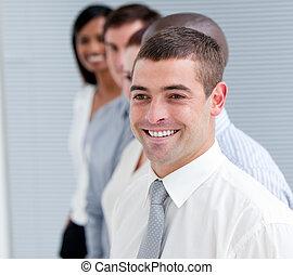 Portrait des positiven Geschäftsteams.