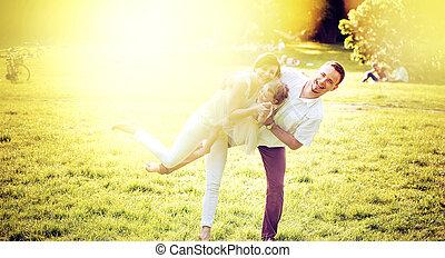 Portrait einer entzückten Familie entspannen im Park.