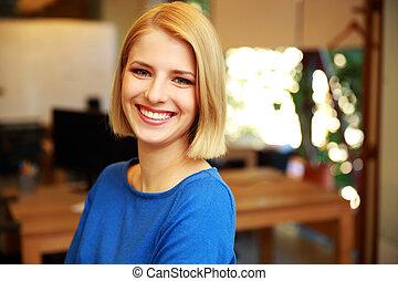 Portrait einer fröhlichen blonden Frau.
